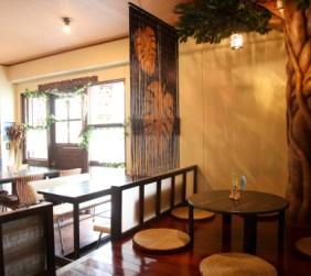 お座敷席には沖縄の妖精キジムナーが住むと言われるガジュマルの木が!!